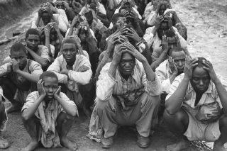 Guerriglieri Mau-Mau catturati dai soldati britannici