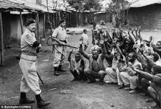 Polizia britannica a guardia di sospetti Mau-Mau in Kariobangi-Kenya nel 1953