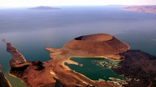 Ripresa aerea del lago Turkana con South island e il cratere Nabiyotum-Kenya